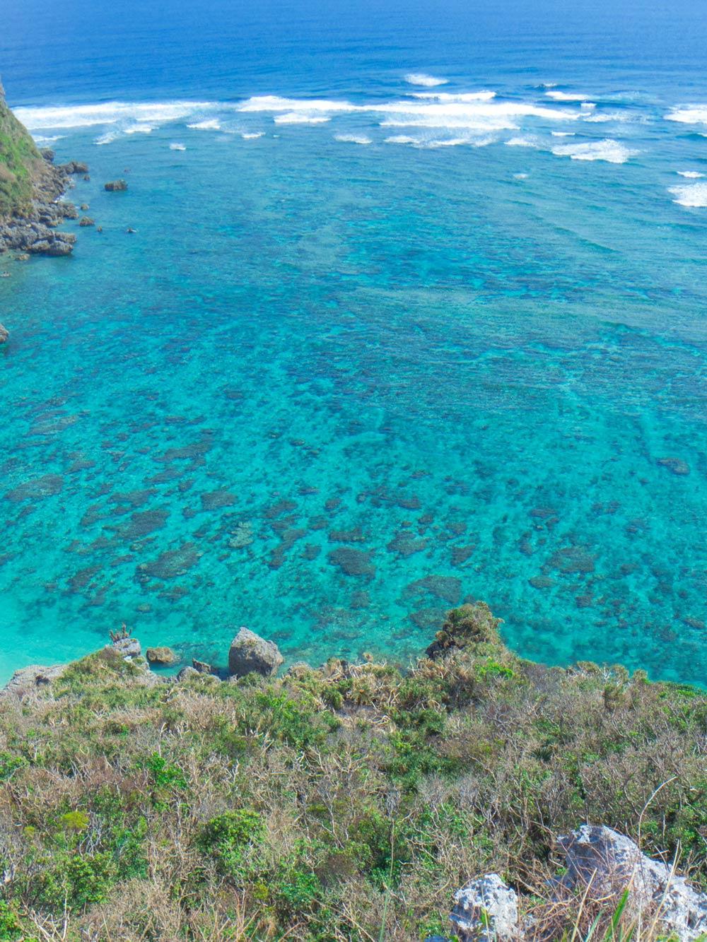 果報バンタから見下ろす海