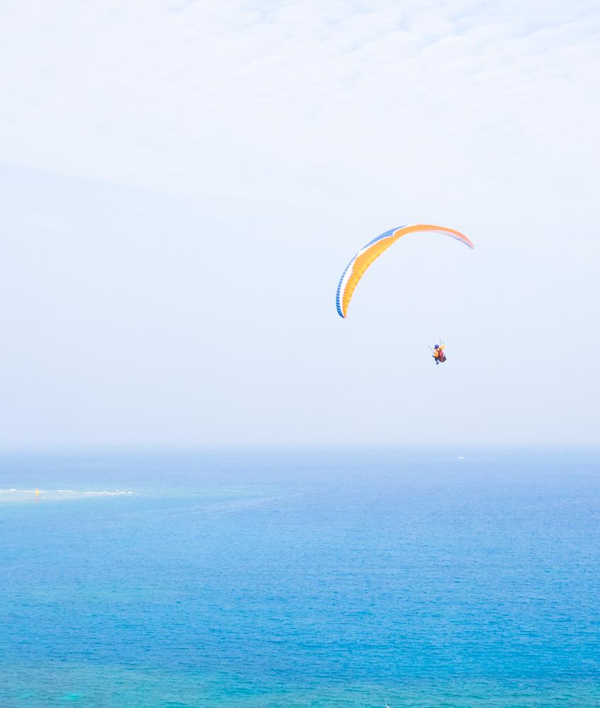 優雅に飛ぶパラグライダー