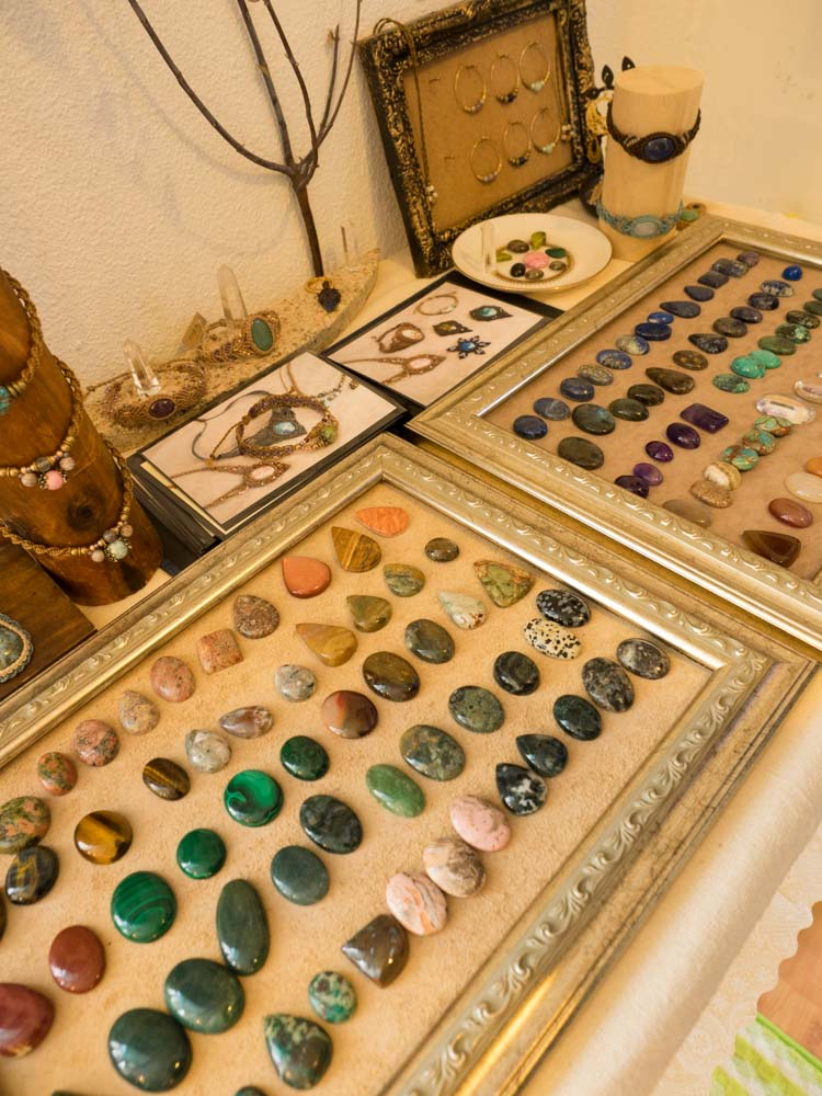 こんな天然石の宝石が売ってたりします