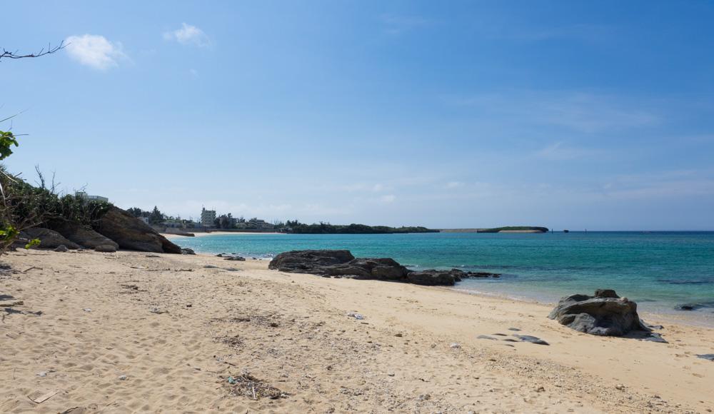 広くはないですが砂浜が続きます