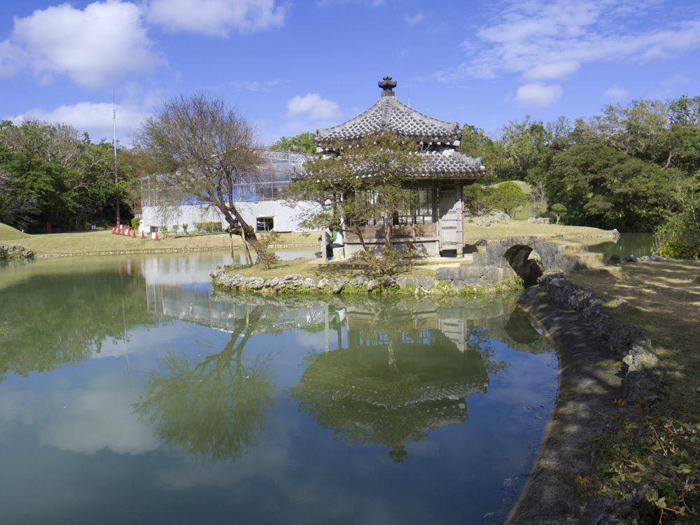 六角堂と池