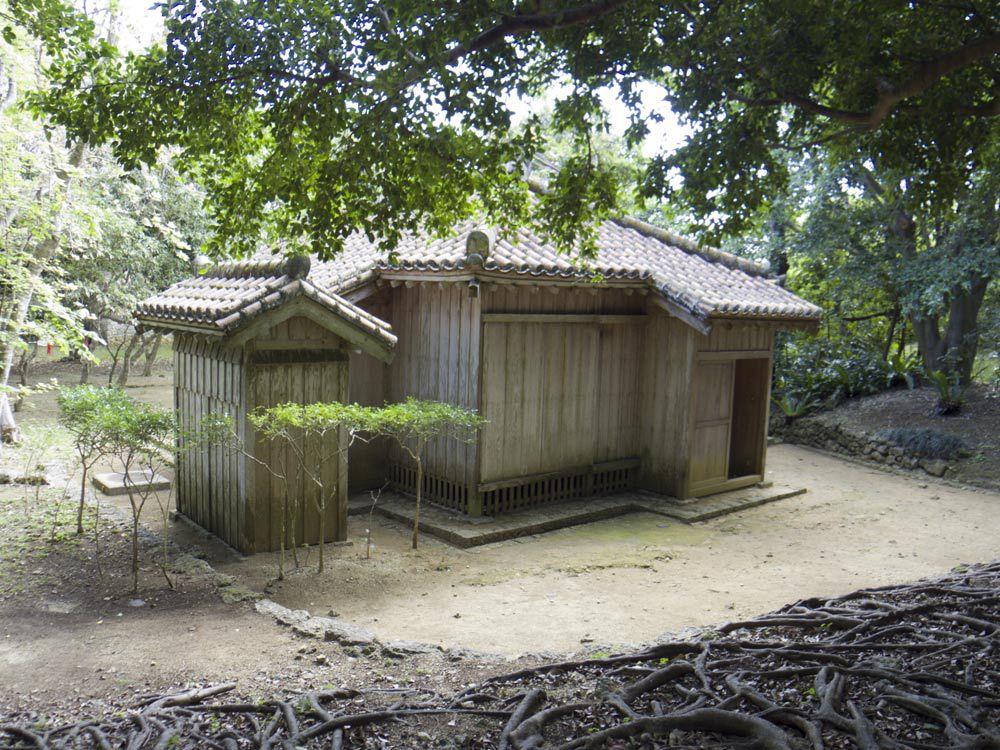 識名園の小屋とトイレ