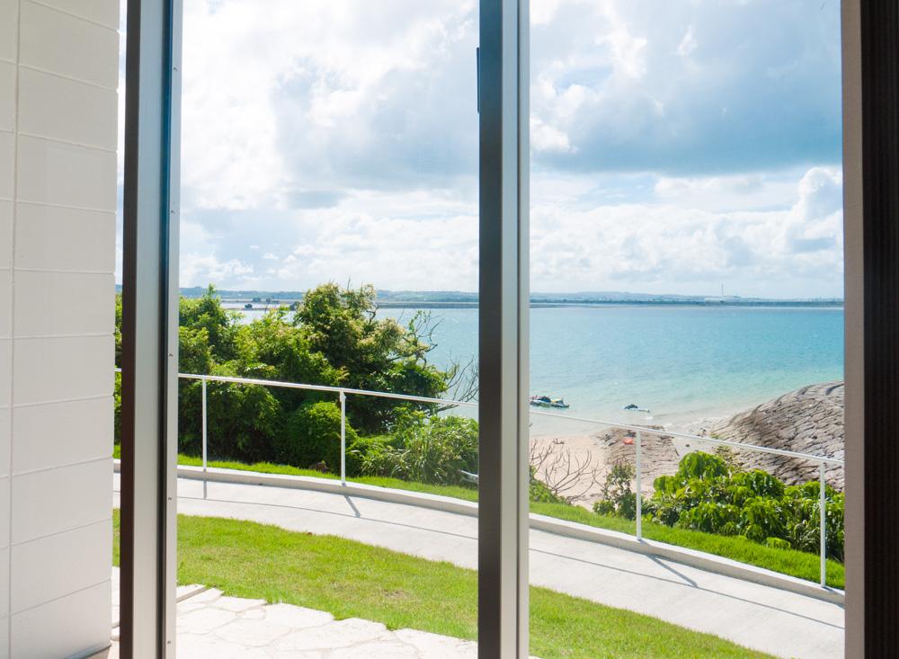 窓からは海