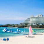 恩納村のリゾートビーチ「万座ビーチ」- 透明度の高い海と白い砂浜が魅力的