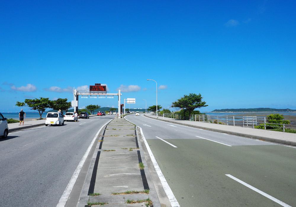 海中道路の入り口に駐車
