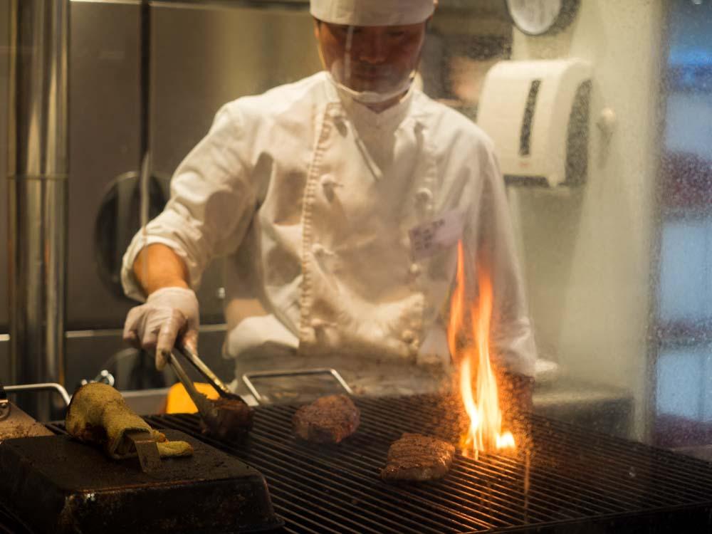 ステーキを焼いてもらう