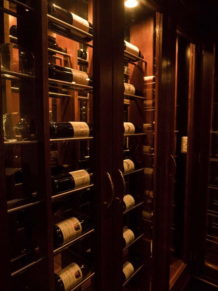 旧ラナイレストランでワイン