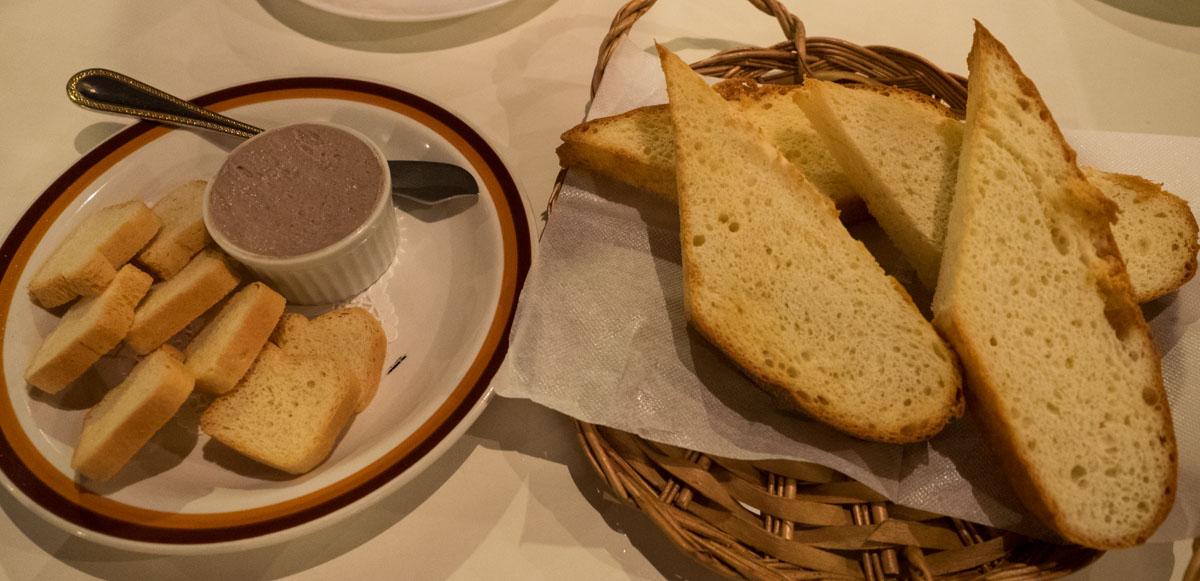パンと鶏レバーペースト
