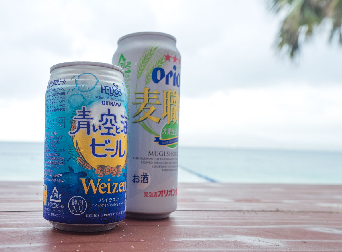 海でビールを飲む