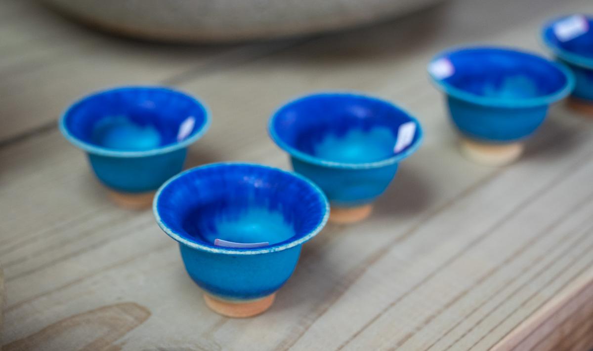 濃い青の色がきれいなやちむん