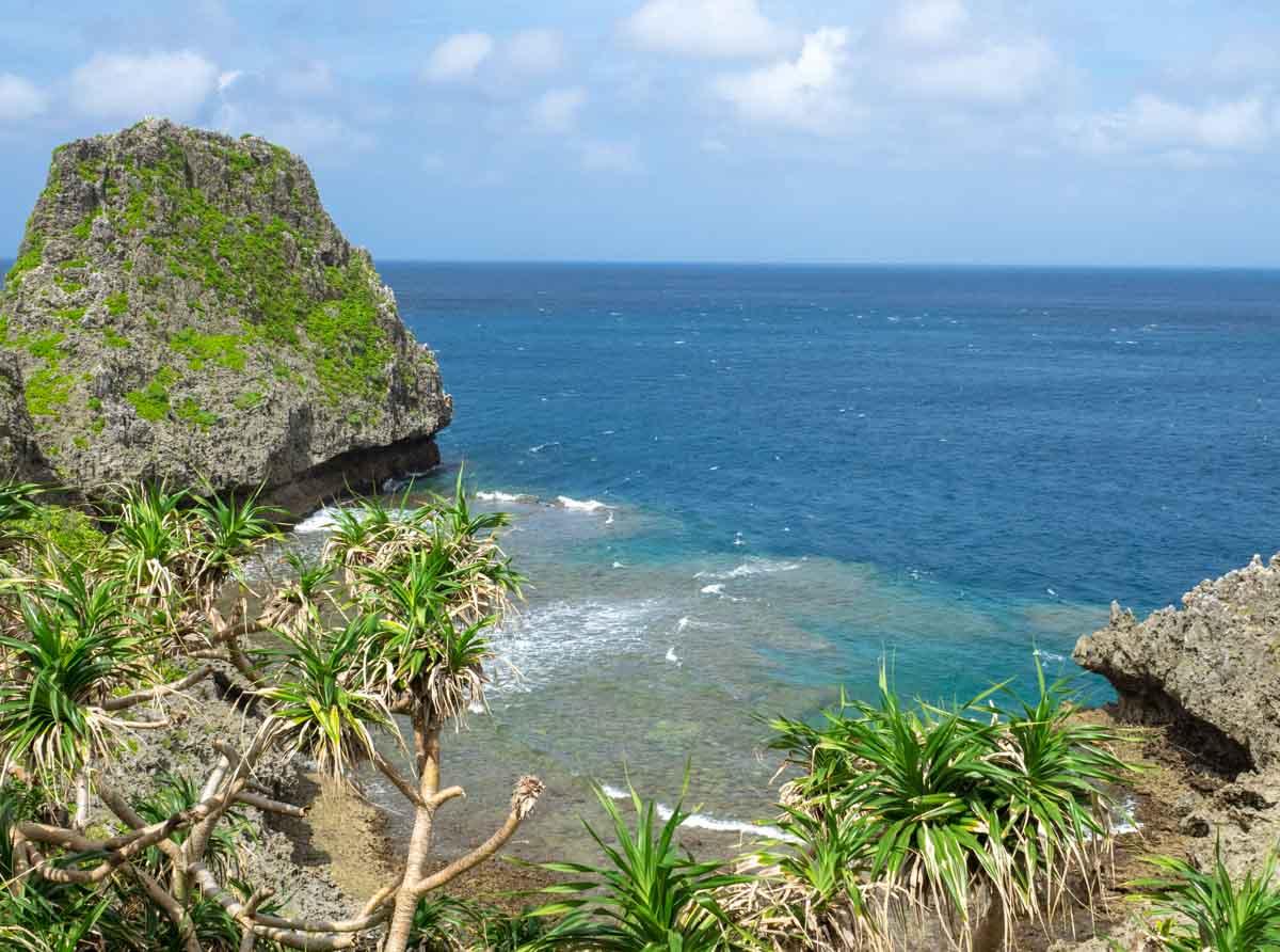 岩礁とリーフに囲まれた海