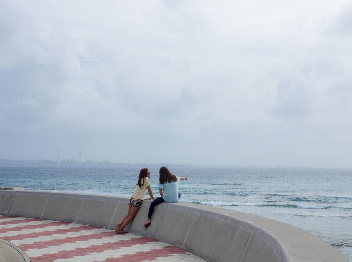 海を見て佇む