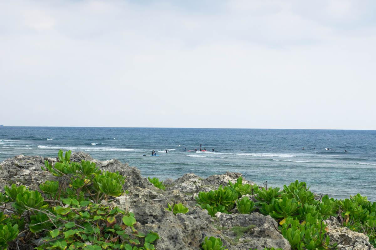 沖縄でサーフィンを楽しむ