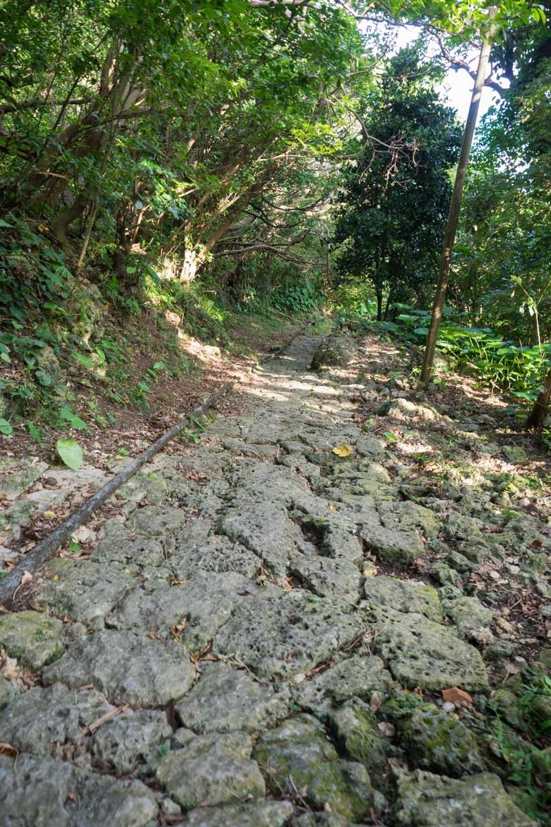 崖のような道