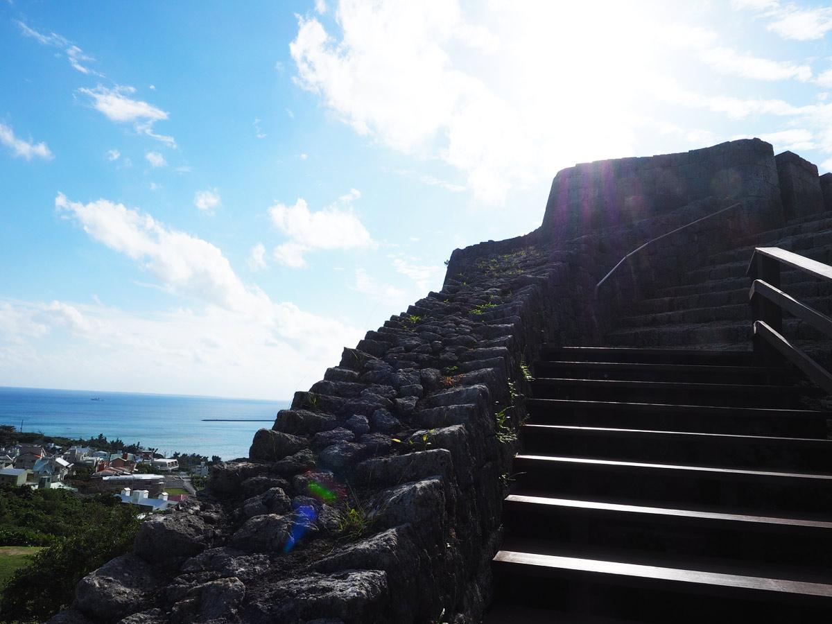 階段を登って上を目指す