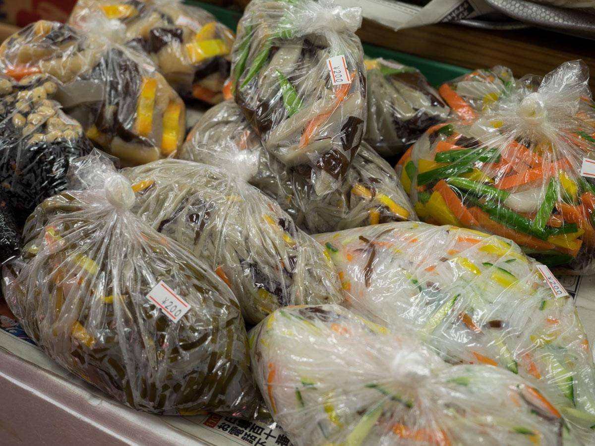 惣菜が袋で売られている