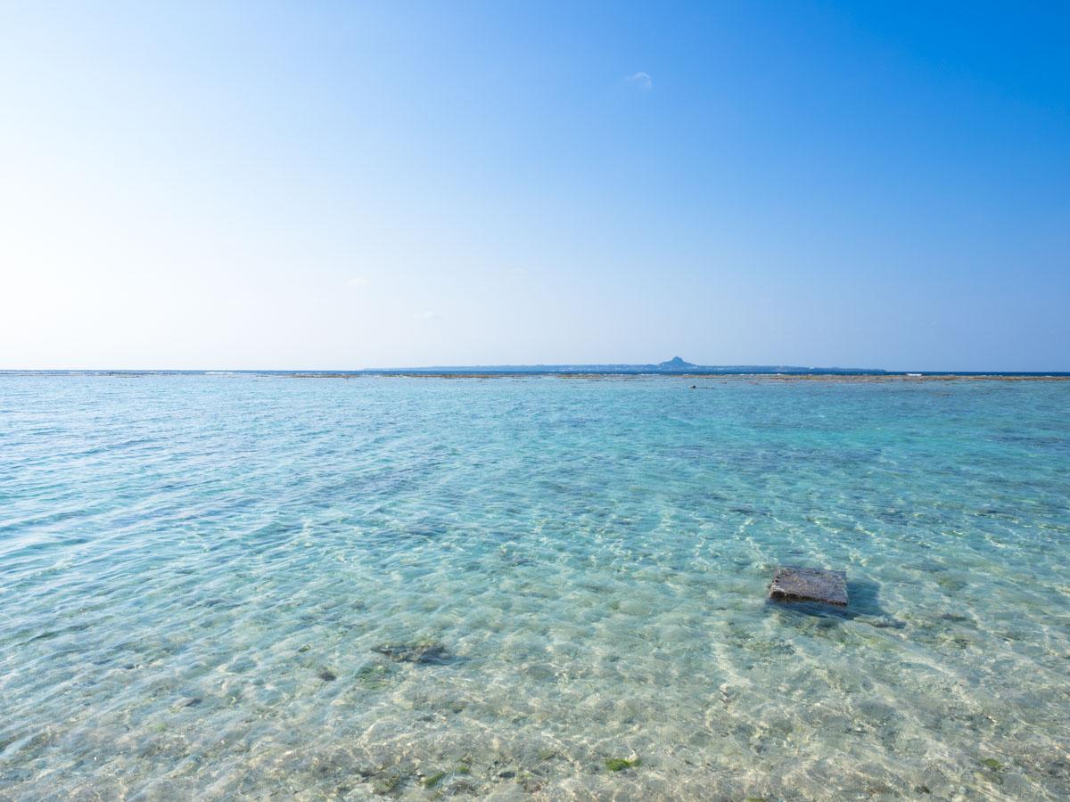 瀬底ビーチの透明な海