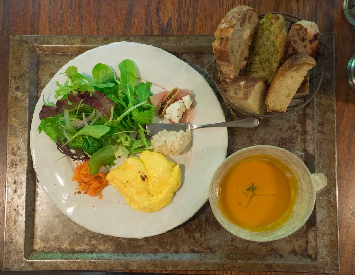 野菜とパンと卵とスープ