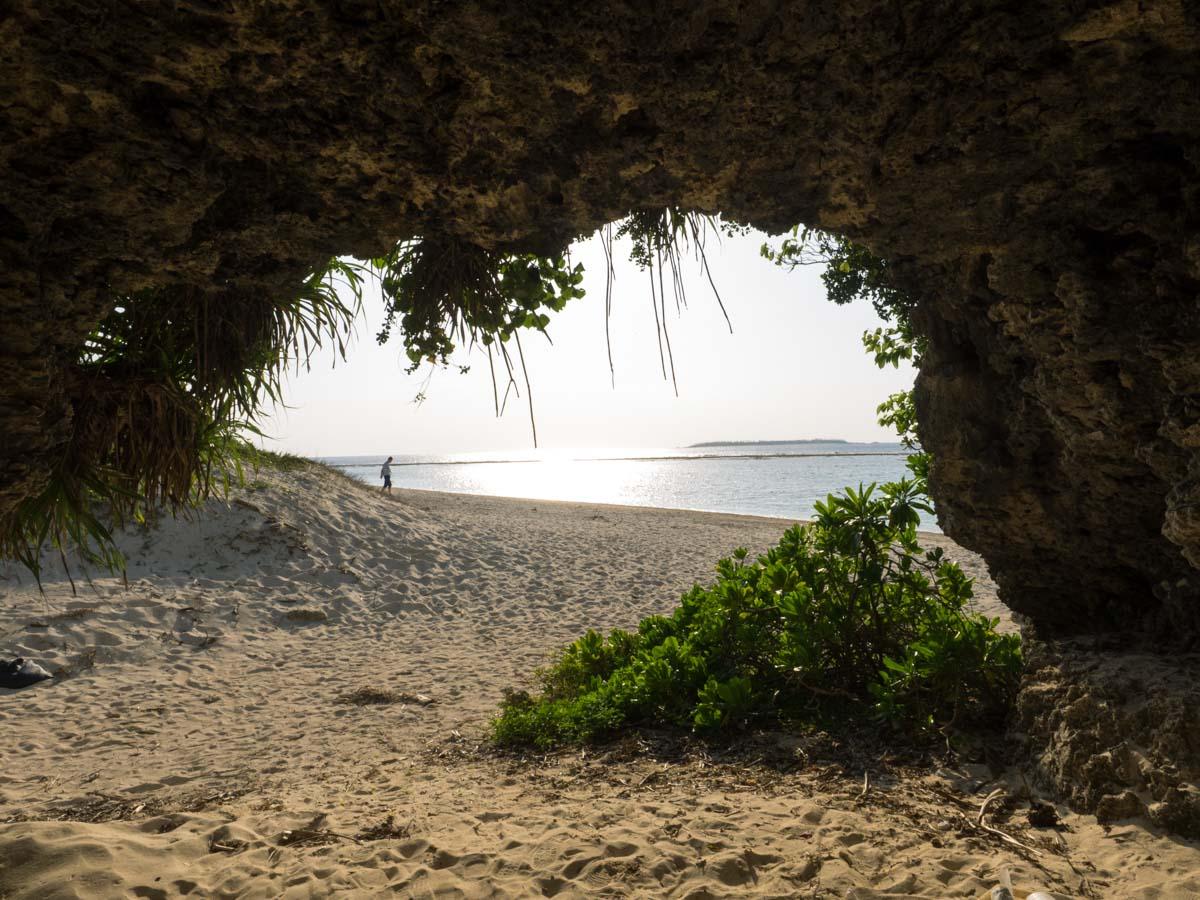 横穴から海