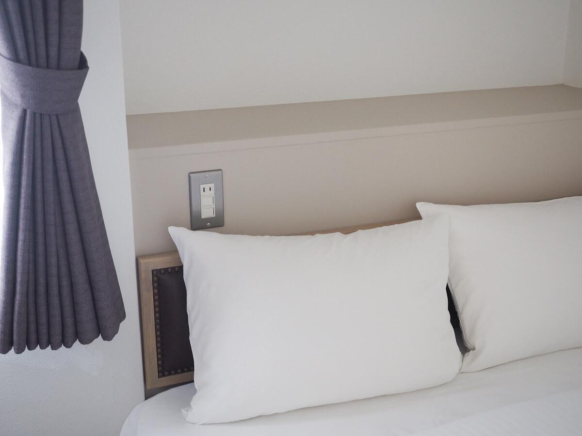 ベッドサイドのコンセント
