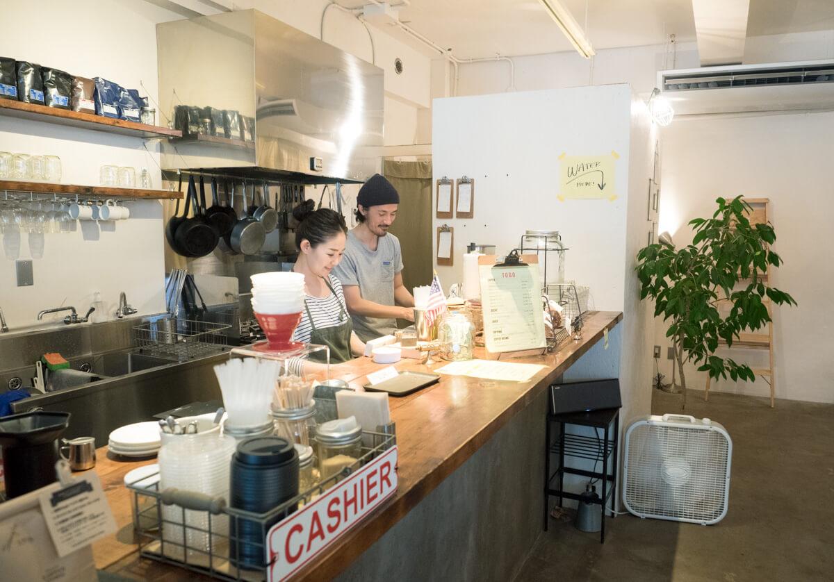 カウンターでコーヒーを作るオーナーさんたち