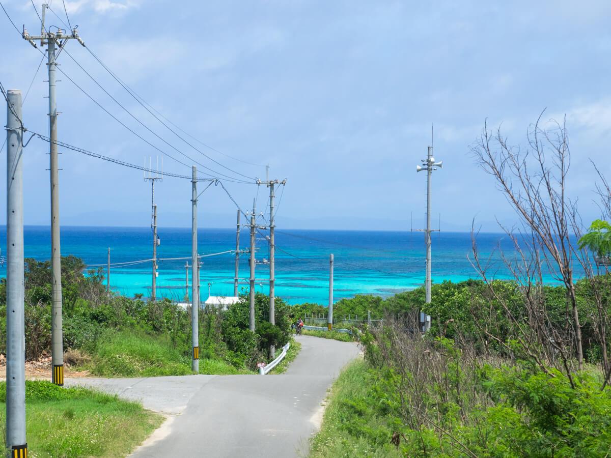 坂道の向こうの海