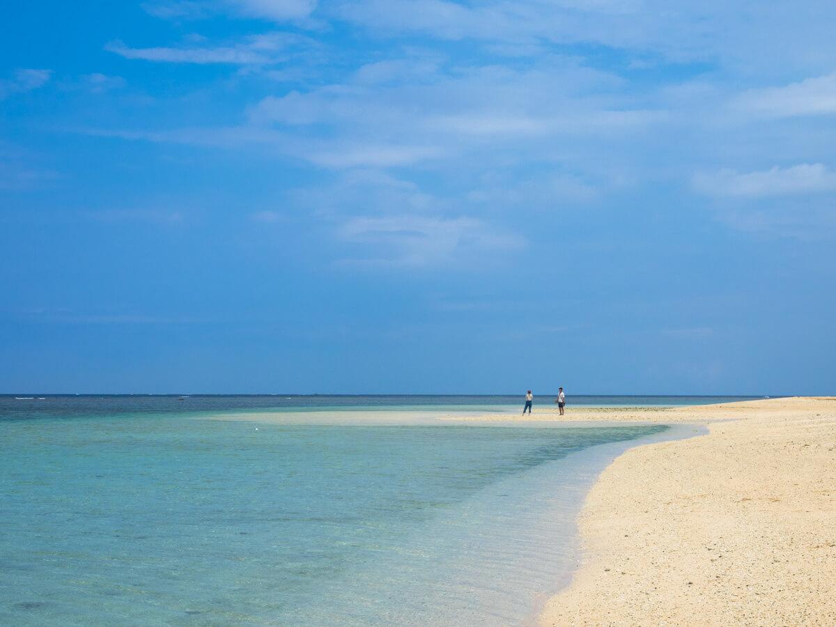 遠くに砂浜を歩く人