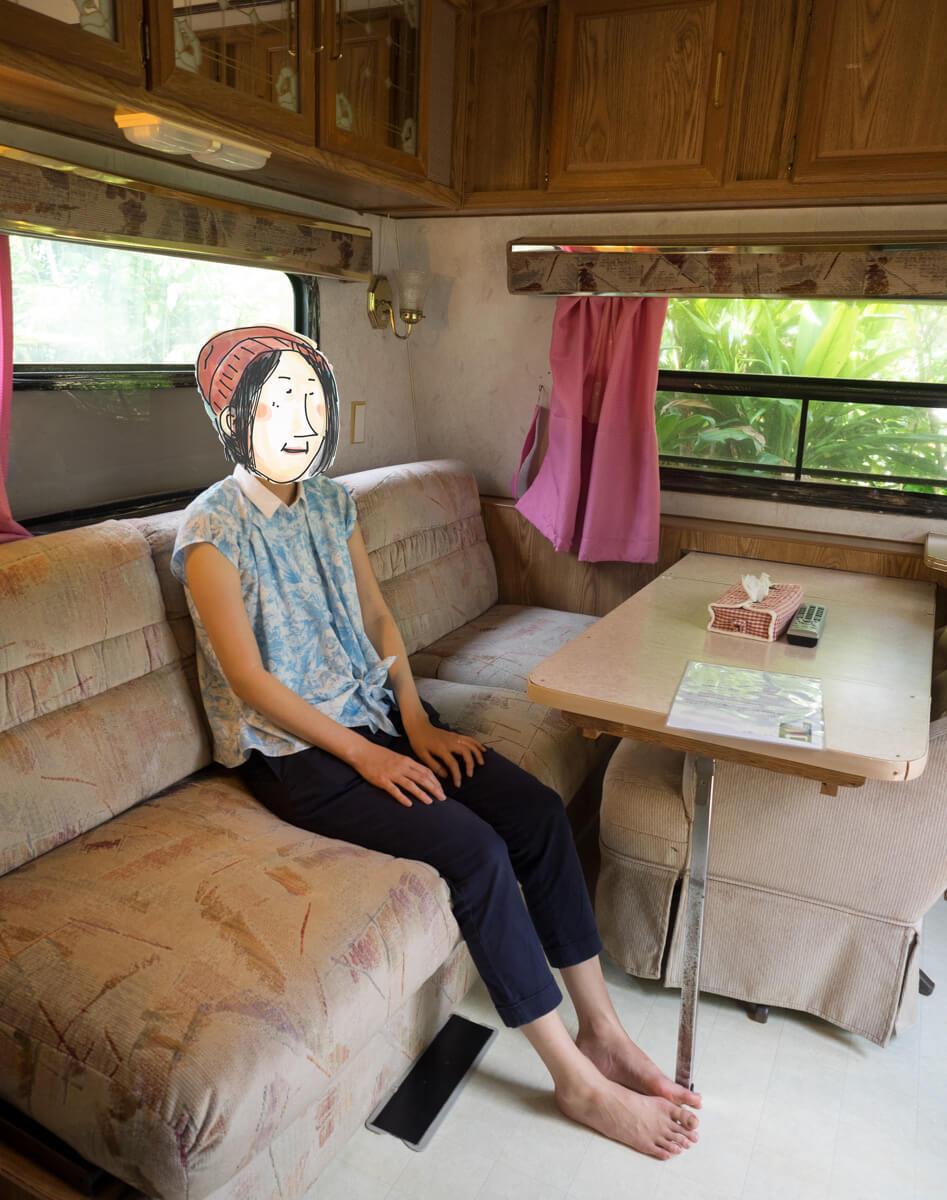 座るピノ子さん