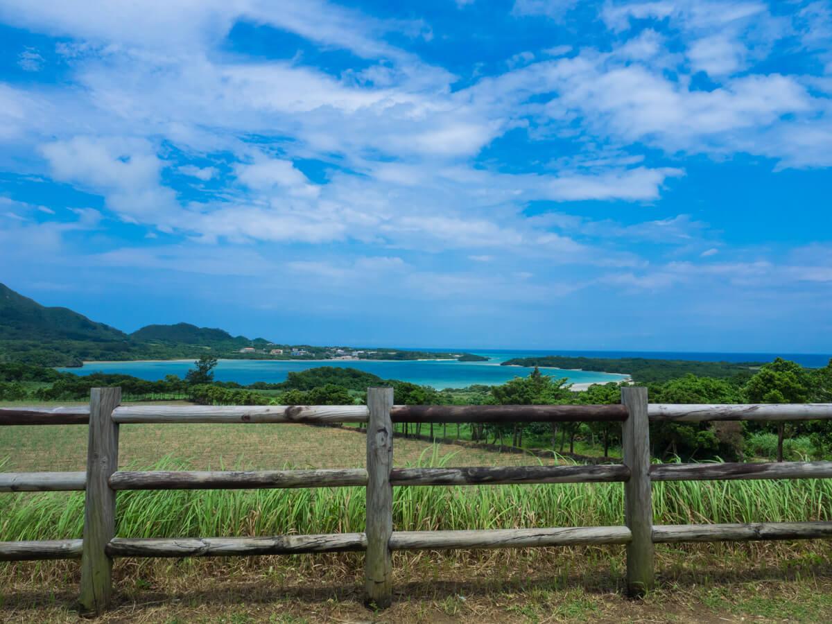 川平湾がみえる景色