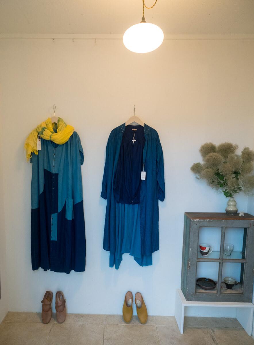入り口の服たち