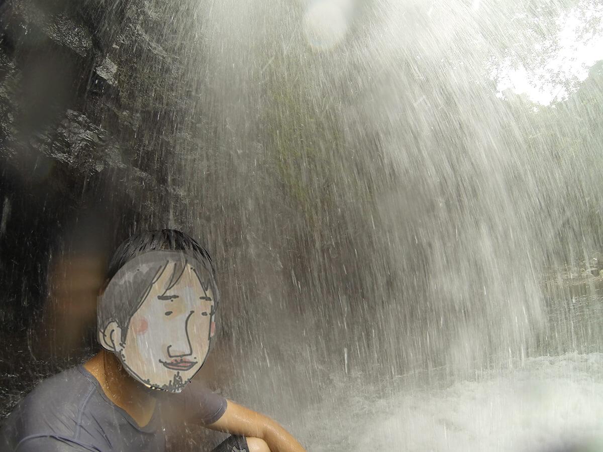 ター滝の滝壺中