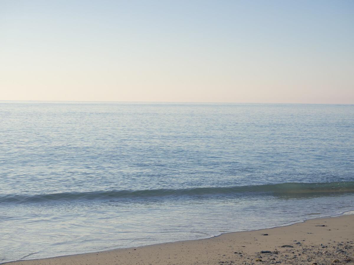 波の音も静か