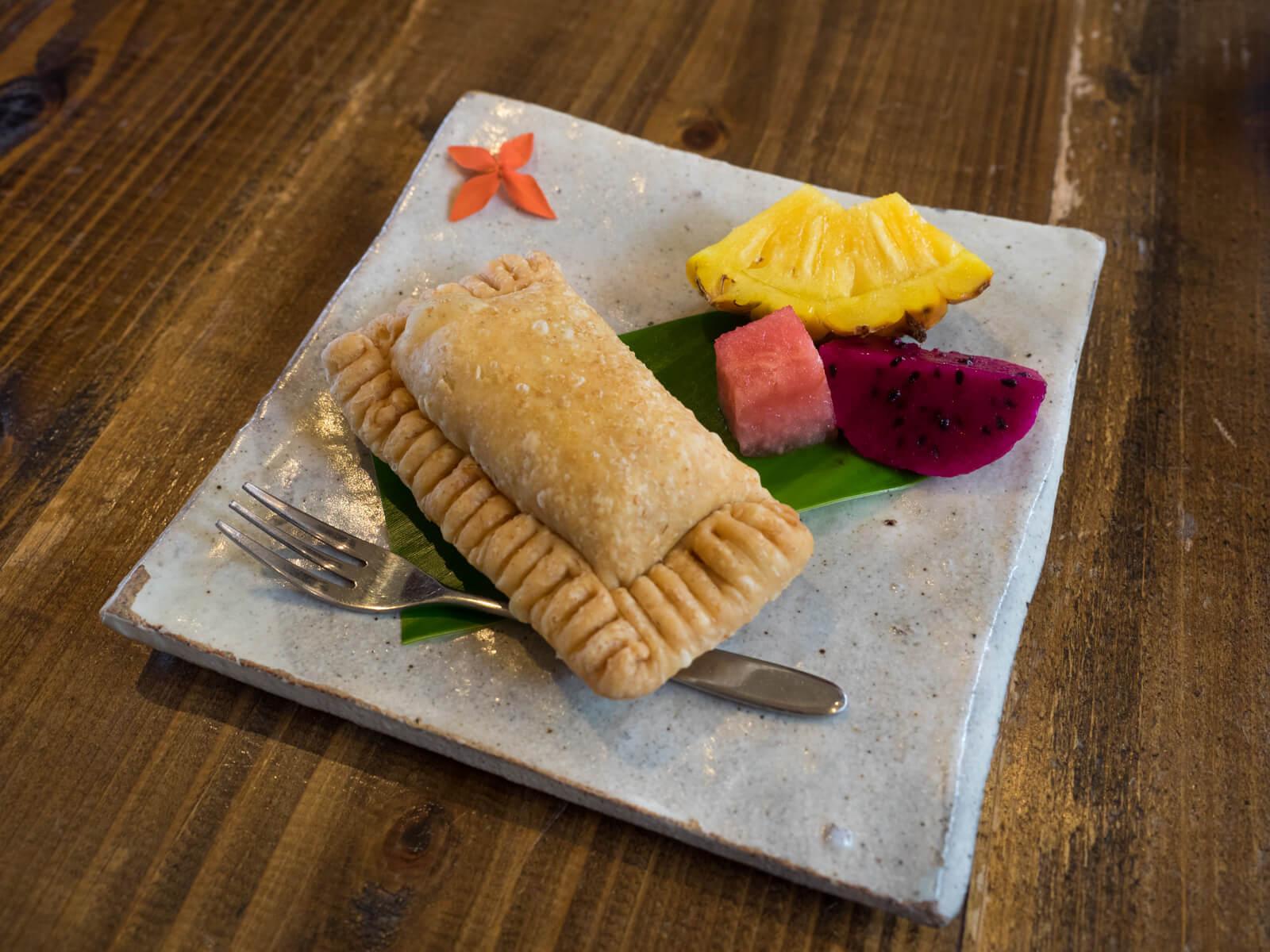 ホットパイナップルパイ 付け合せに沖縄の果物