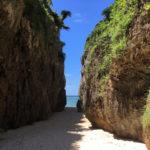 大きな崖に挟まれた白砂の海。神秘のパワースポット「備瀬のワルミ」