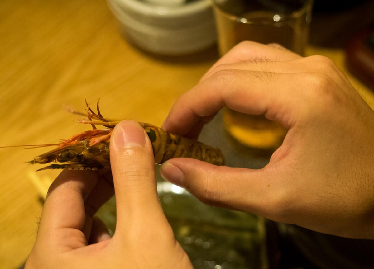 生きている車海老を食べる