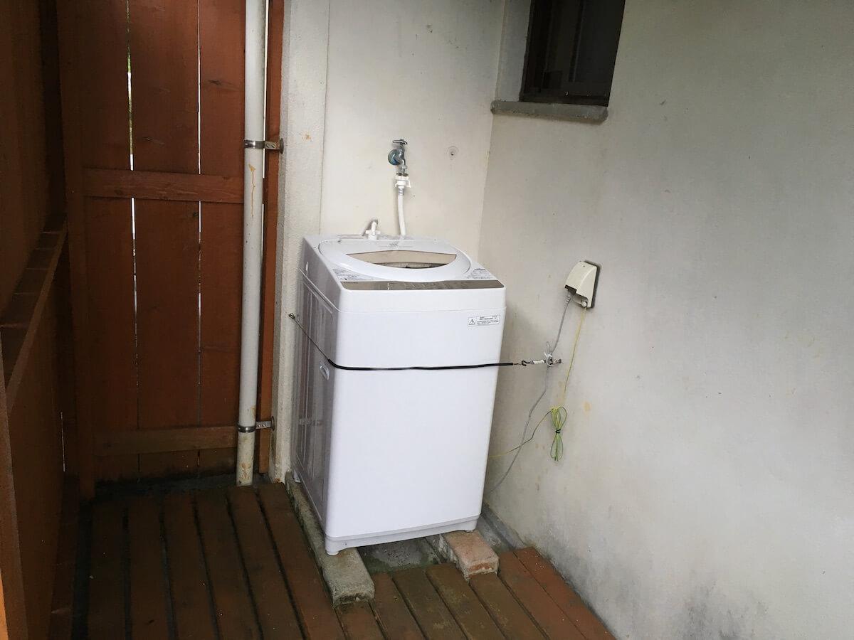 洗濯機は外