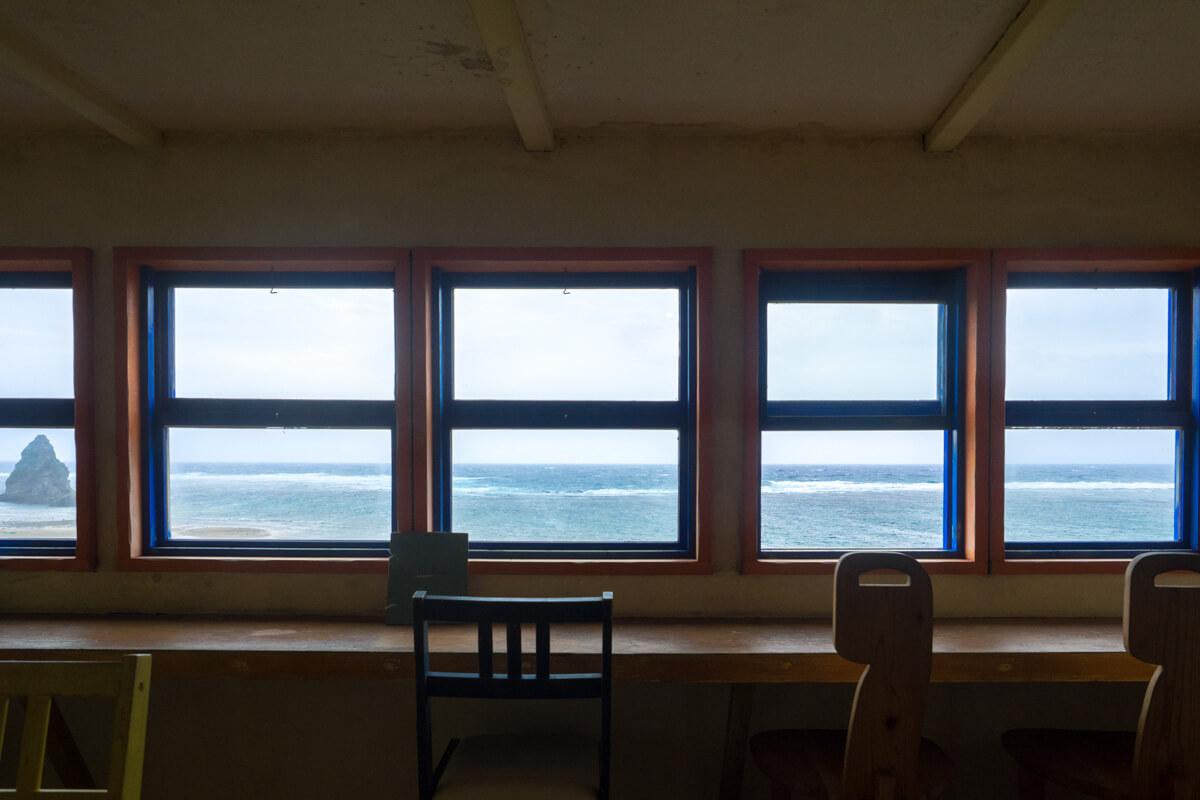 窓の外に見える海