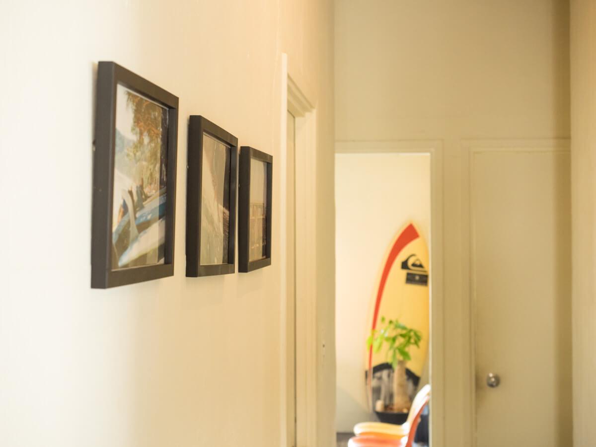 壁面の写真とサーフボード