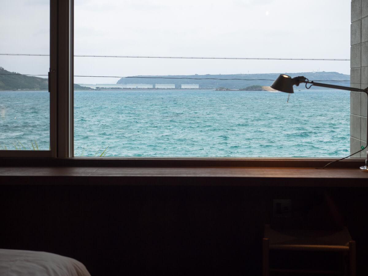 寝室から海が