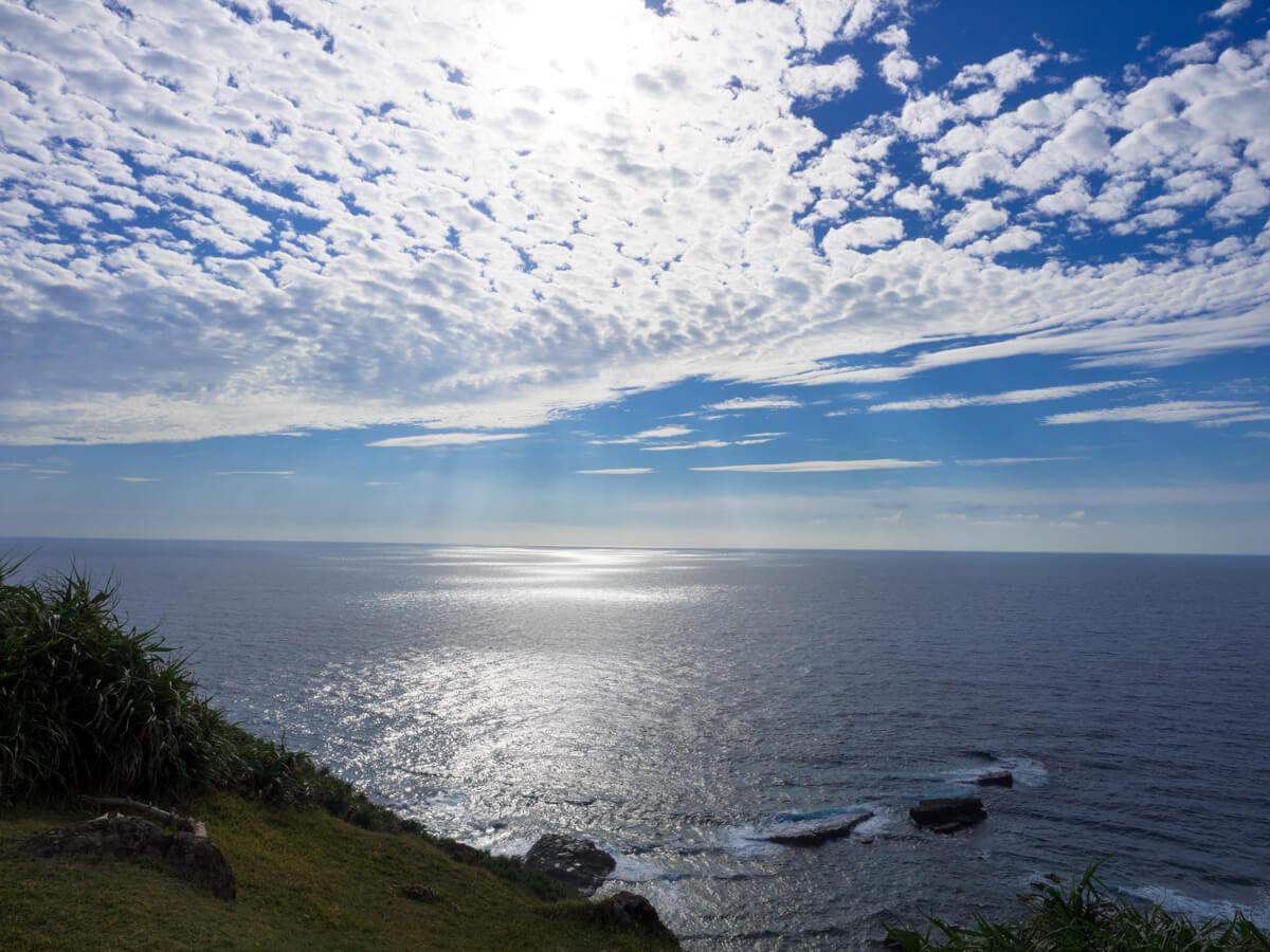 日差しを照り返す海