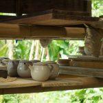 与那国島、静かな緑に包まれた山口陶工房。シンプルでやさしい輪郭の器