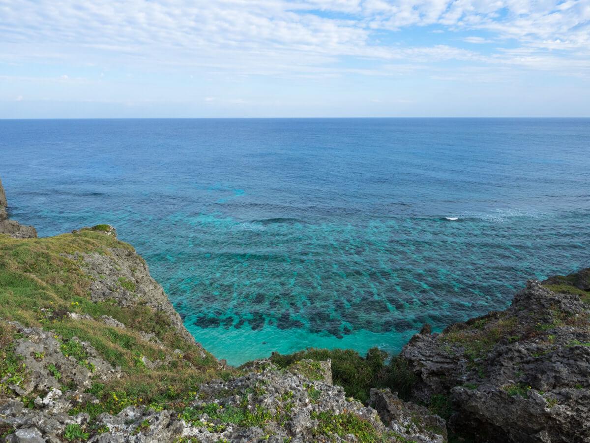 崖の下にきれいな海が