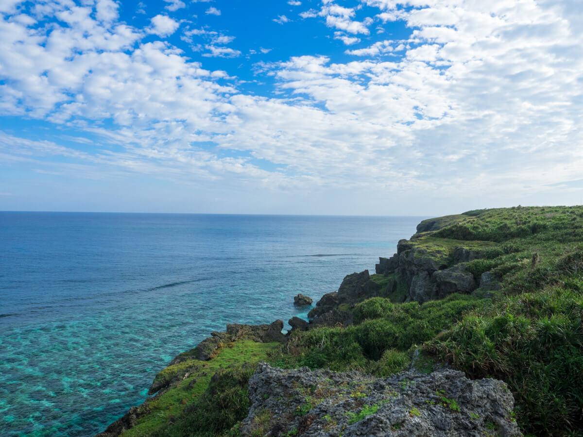 六畳ビーチの崖から見た海