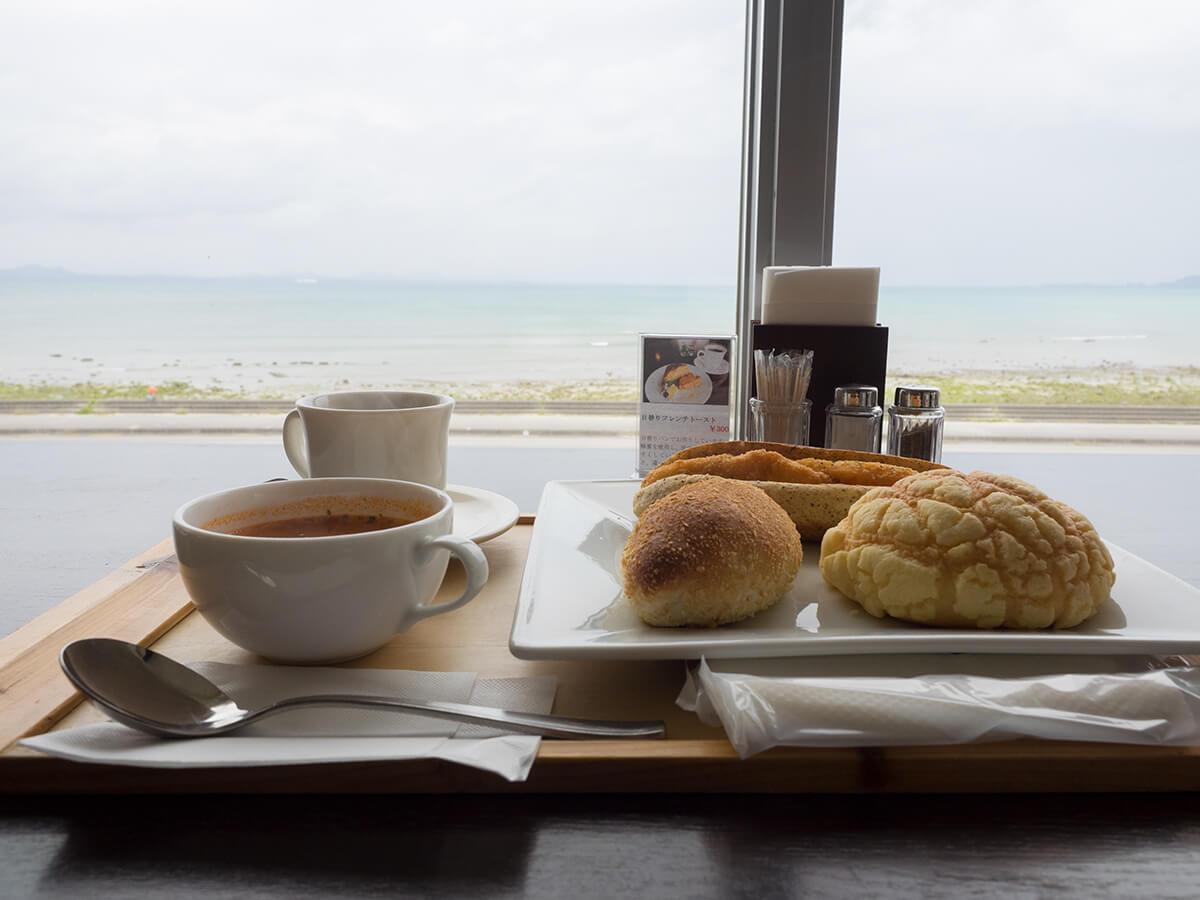 海をみながらパン