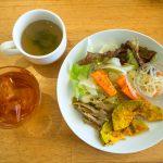 ヒナタカフェ。うるま市の田園エリアから遠くに海が。サラダバー付きの美味しいランチもグッド