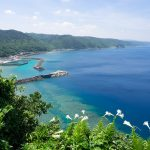 茅打ちバンタの断崖絶壁から海を見渡す。沖縄北部にある壮快な絶景スポット