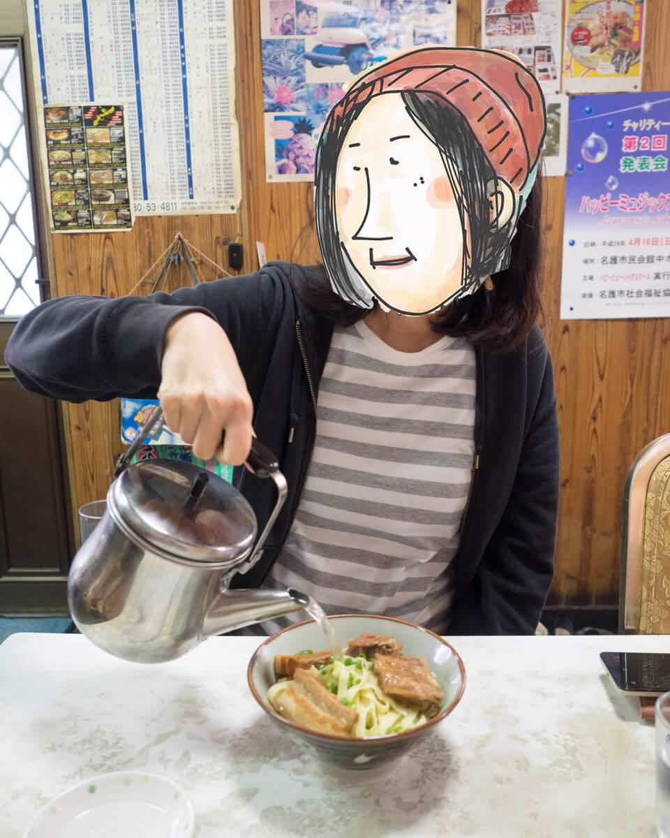 スープを注ぐピノ子
