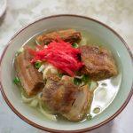 スープはヤカンでセルフ。八重食堂 沖縄そばのスープと平めんがとても良い