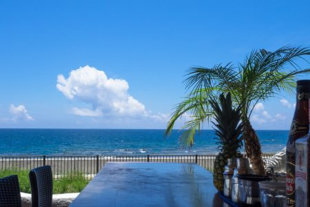 カウンターから海を見る
