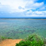 真栄田岬近くの天然ビーチ「ビーチ51」でのんびりする